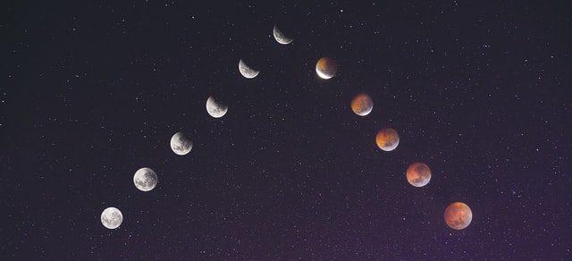 fazy księżyca na ciemnym niebie