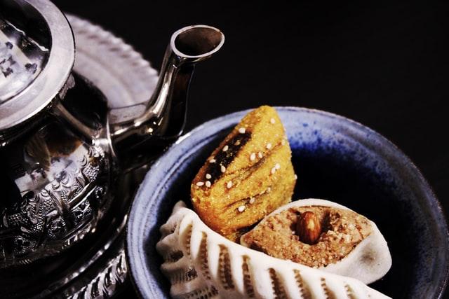 marokańskie ciastka i czajniczek z herbatą