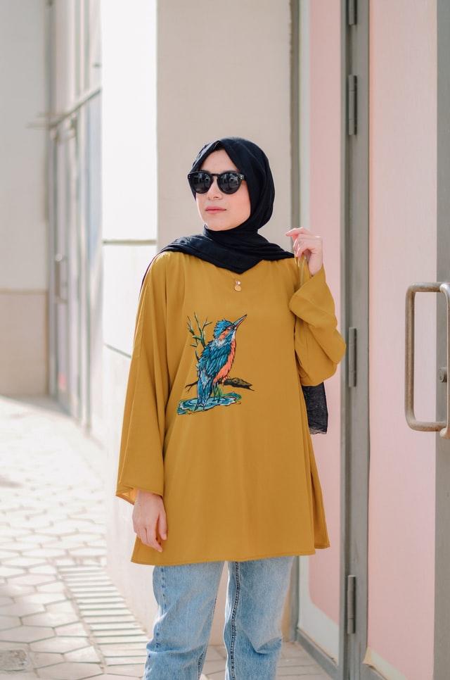 Kobieta w hijabie i europejskim stroju