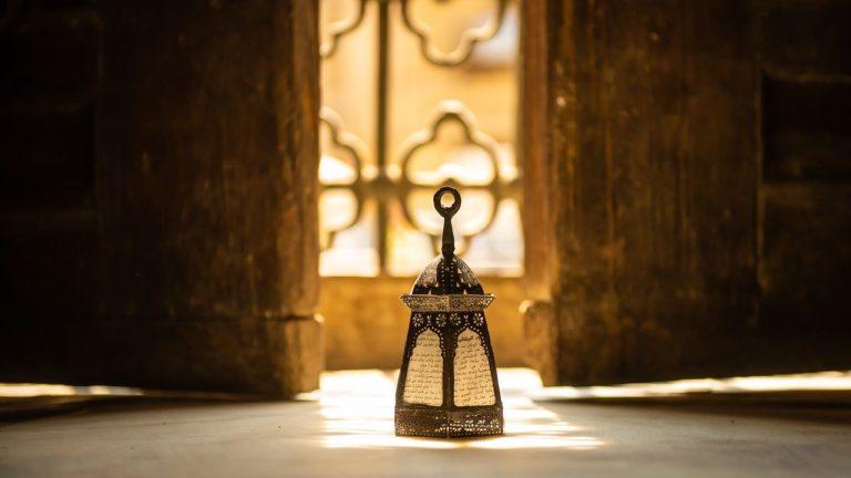 lampion ramadanowy na tle kutej balustrady