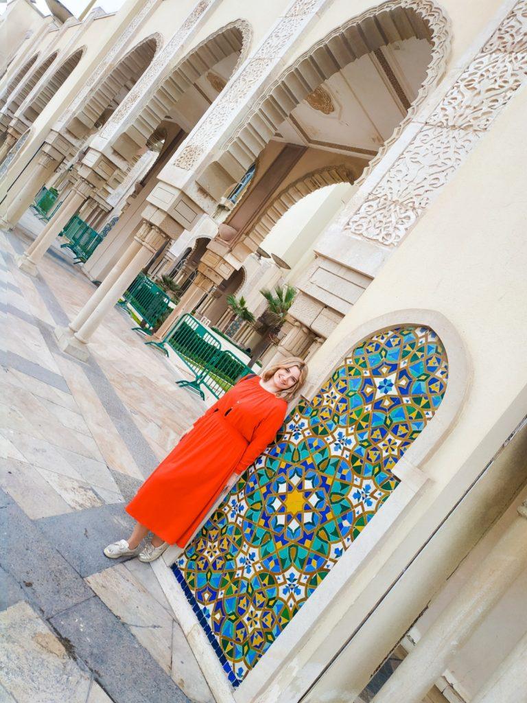 Ubiór w Maroku. Kobieta w czerwonej sukience w Casablance