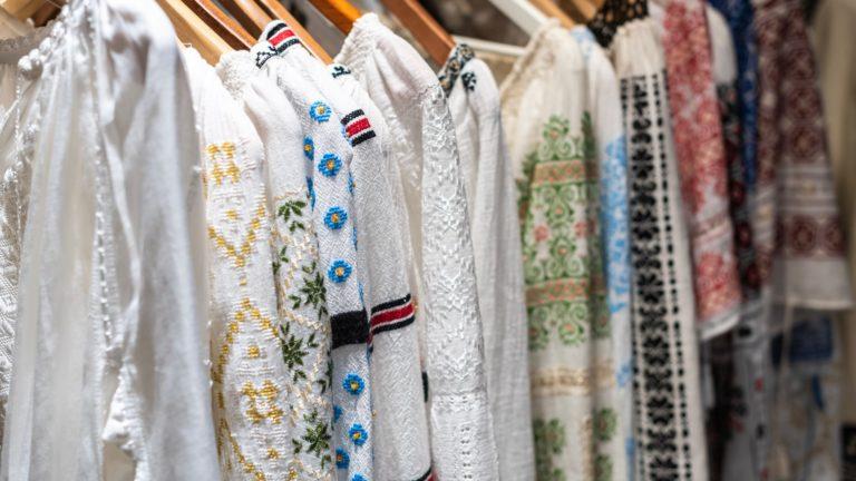 Tkaniny na lato. Boho ubrania na wieszakach