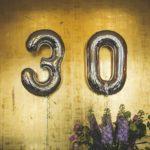 duże balony na złotej ścianie 30 lat trzydzieste urodziny