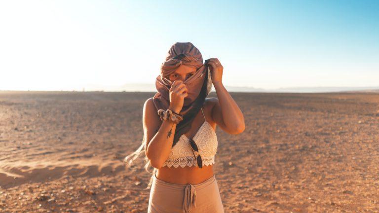 Kobieta z zakrytą twarzą na pustyni