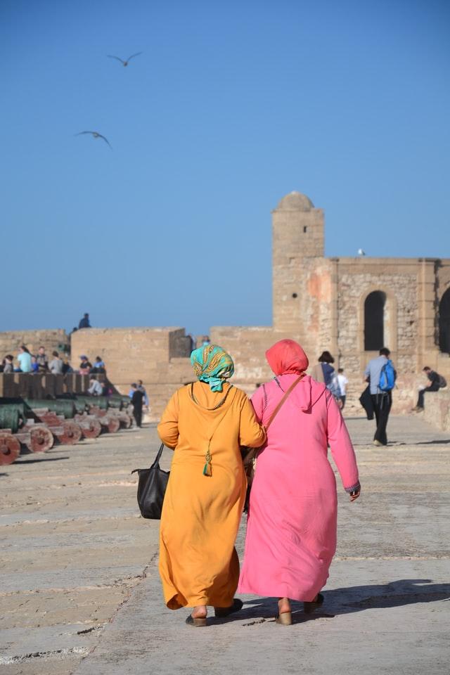 dwie kobiety w jellabach spacerują po Essaouirze w Maroku