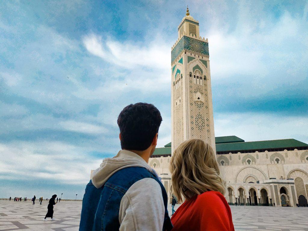 Kobieta i mężczyzna Marokańczyk patrzą na meczet w Casablance