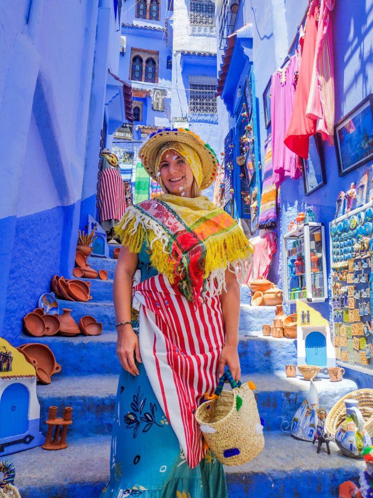 Kobieta w tradycyjnym stroju z chefchaouen