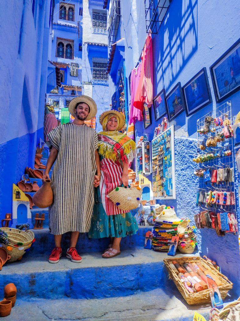 Para w tradycyjnych marokańskich strojach w Chefchaouen