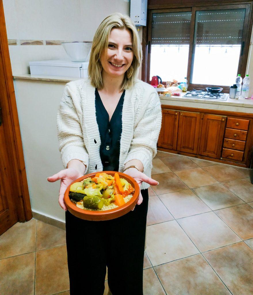 kobieta trzyma tajine kuchnia wegetariańska