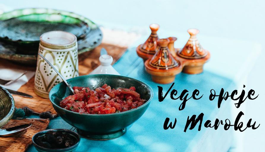 marokańskie jedzenie, ceramika i tajine na stole