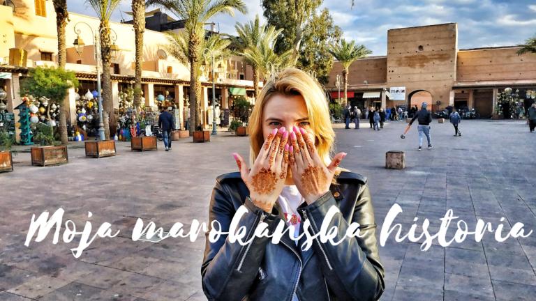 kobieta z henną na dłoniach na placu w Marrakeszu