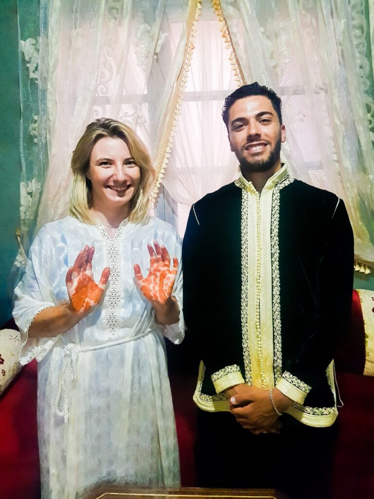 para polka i marokańczyk w tradycyjnych strojach henna