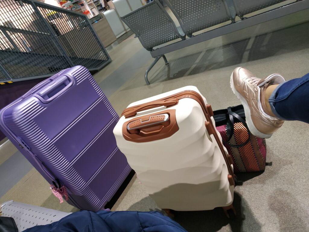 kobieta z walizkami na lotnisku