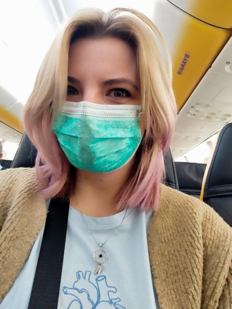 kobieta w samolocie nosi maseczkę podróż do Maroka