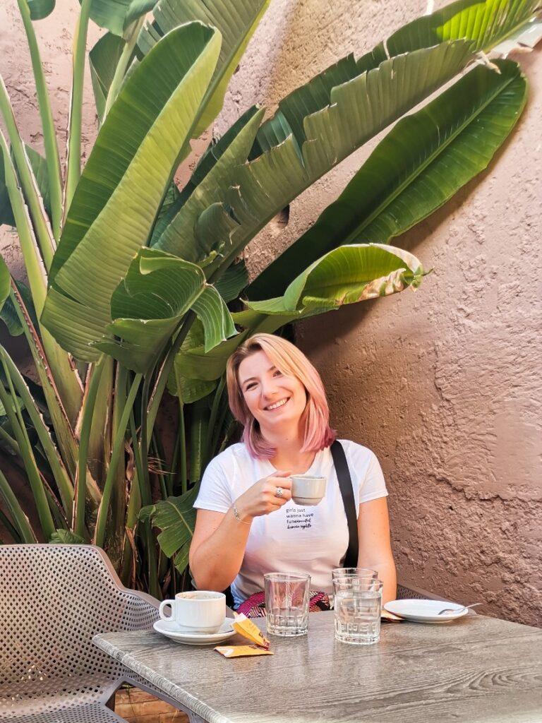 kobieta w Maroku pije kawę