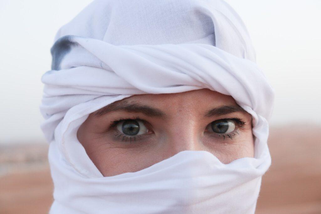 kobieta na pustyni oczy kobiety w chuście