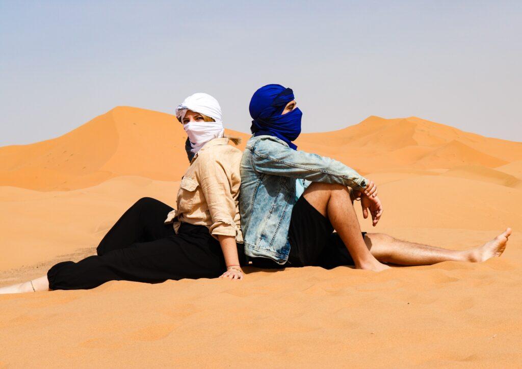kobieta i mężczyzna na pustyni w Maroku Merzouga