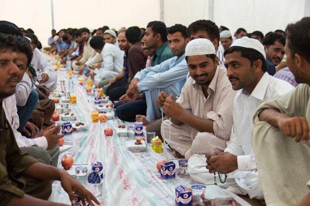 ludzie jedzą na ulicy iftar