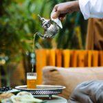 mężczyzna nalewa marokańską herbatę